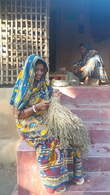 artisan making a jute macrame bag with fringes