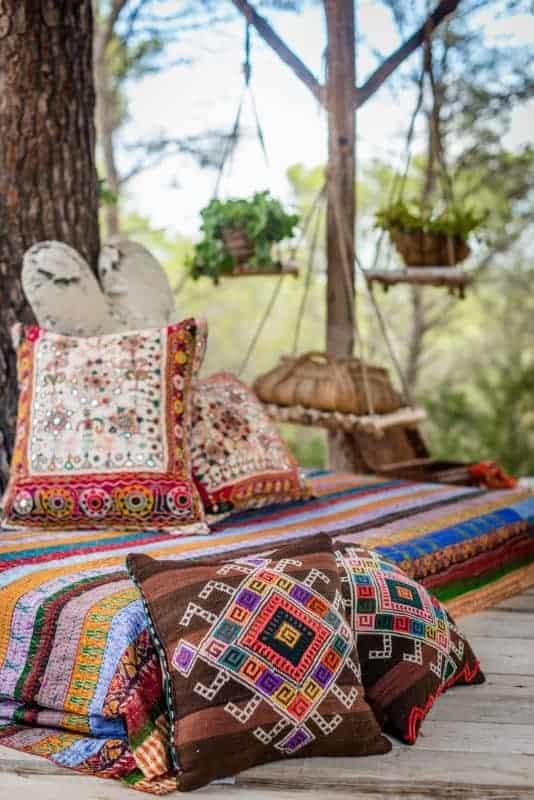 geometric pattern on brown lilim cushions
