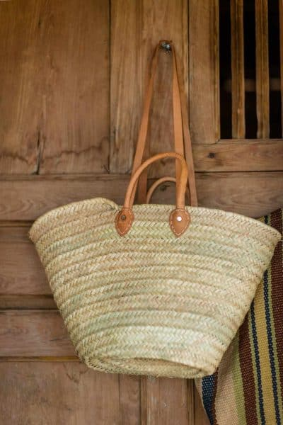 Straw basket with light brown leather straps